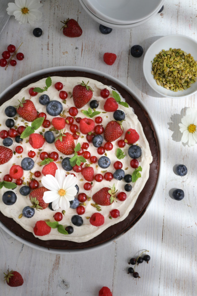 saftige Beeren-Brownie-Pizza I schoenesleben.net I #beeren #brownies #pizza #sommerkuchen #browniepizza